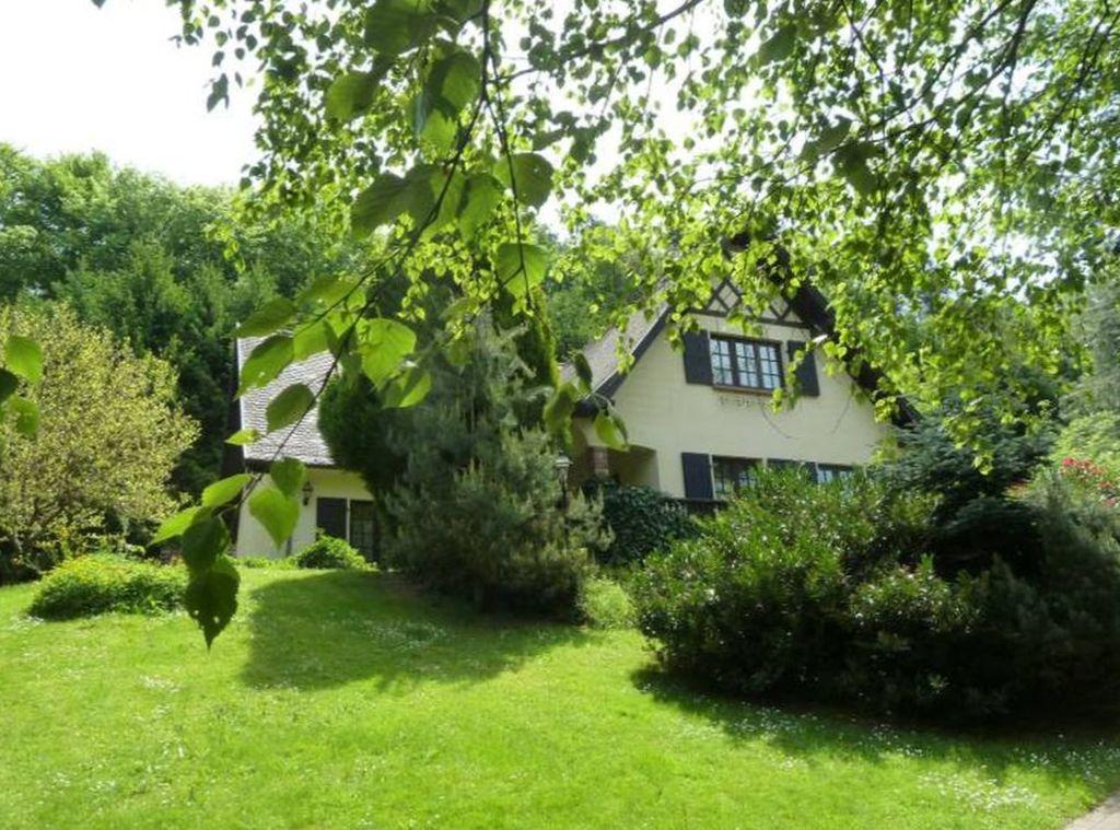 Großzügiges Landhaus zum Modernisieren mit großem Park-Grundstück in sehr schöner Waldrandlage