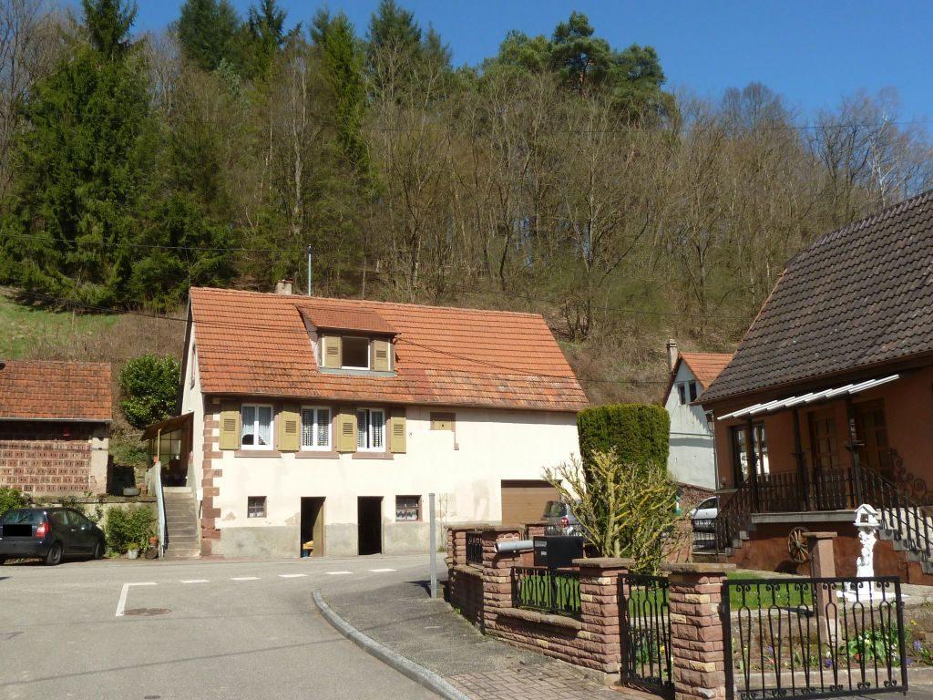 Kleines, älteres Bauernhaus mit angebauter Scheune in Ortslage