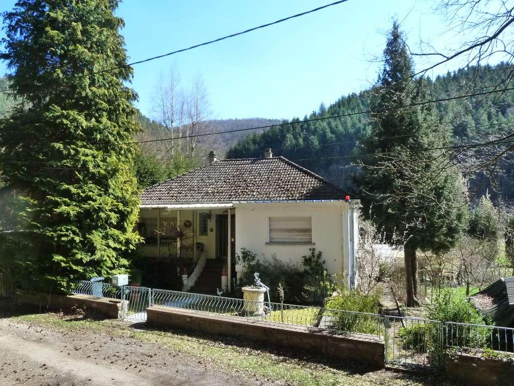 Netter Landhaus-Bungalow am Waldrand mit großem Grundstück und Bachdurchlauf