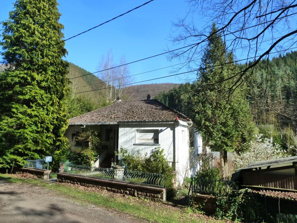 Landhaus-Bungalow zum Modernisieren am Waldrand mit Bachdurchlauf