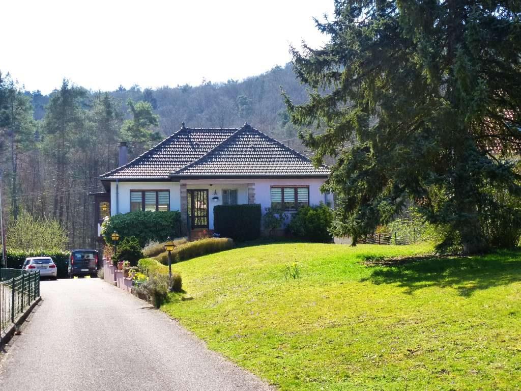 Sehr schöner Landhaus-Bungalow mit großem Grundstück in ruhiger und sonniger Waldrandlage