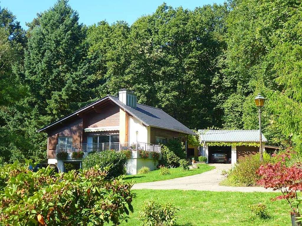Sehr schönes Landhaus-Refugium mit großem Grundstück in herrlicher Alleinlage am Wald