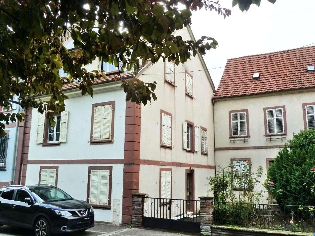 Größeres Anwesen in zentraler Lage, 2 Stadthäuser zum Renovieren