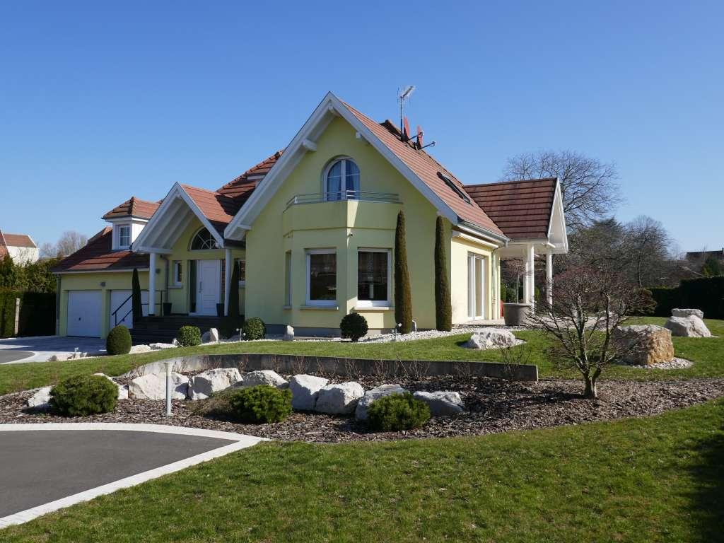 Entspannt wohnen und genießen! –  Neuwertige Landhaus-Villa mit exklusiver Ausstattung und großem Grundstück in bester Wohnlage