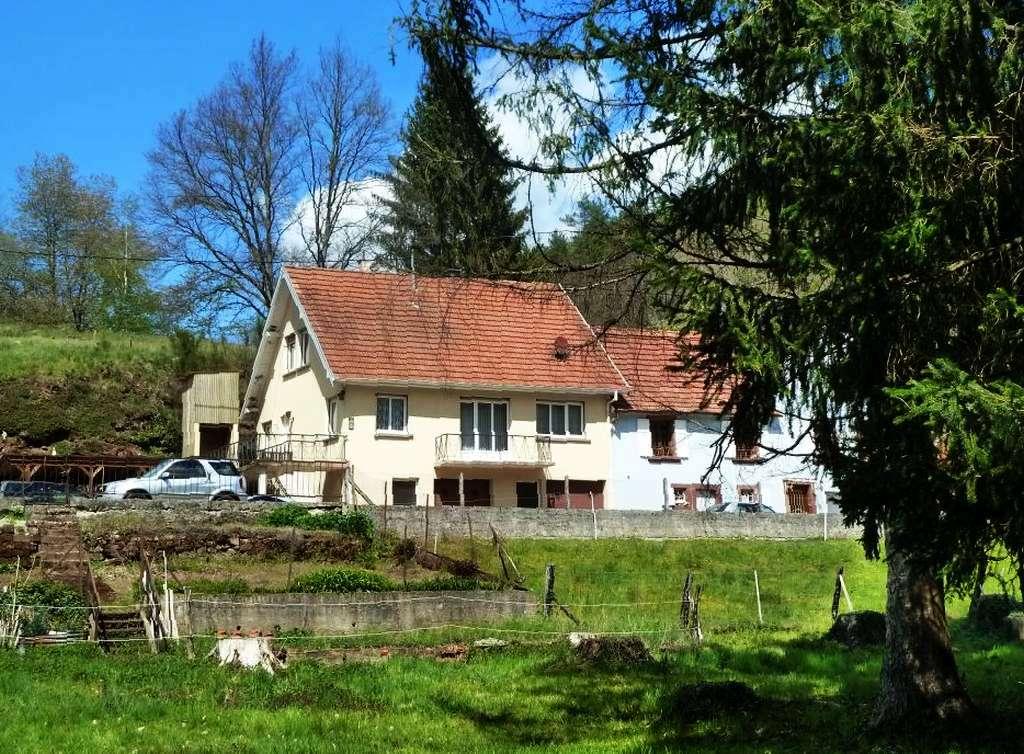 Solides Dorfhaus mit großem, gegenüber gelegenem Grundstück an romantischen Bachlauf grenzend